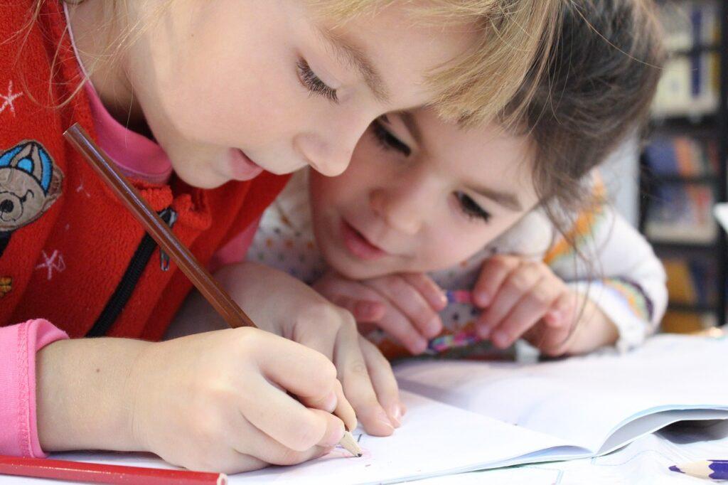 due bambine fanno un corso di cinese per bambini