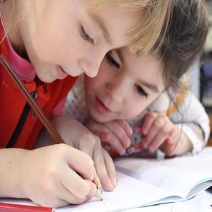 due bambine a studio otto fanno un corso di cinese per bambini